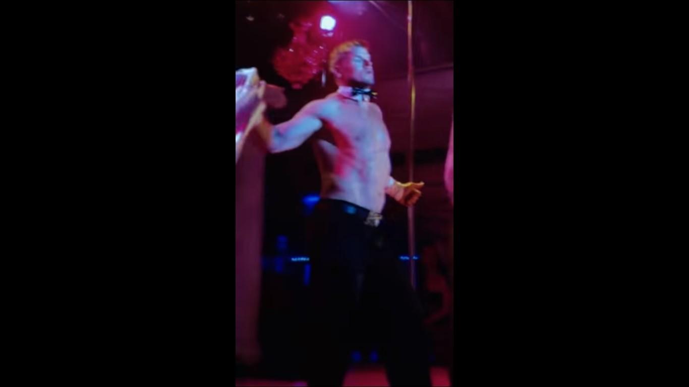 Видео мужчина танцует стриптиз