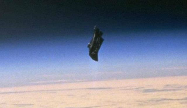 Корабль пришельцев промчался рядом сЛуной ипопал вобъектив камер NASA