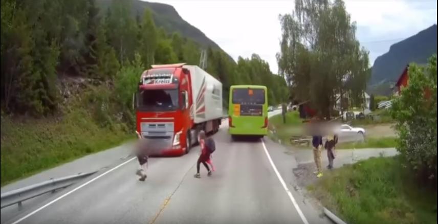 ВНорвегии камера зафиксировала, как фура чуть несбила школьника— Шокирующий момент