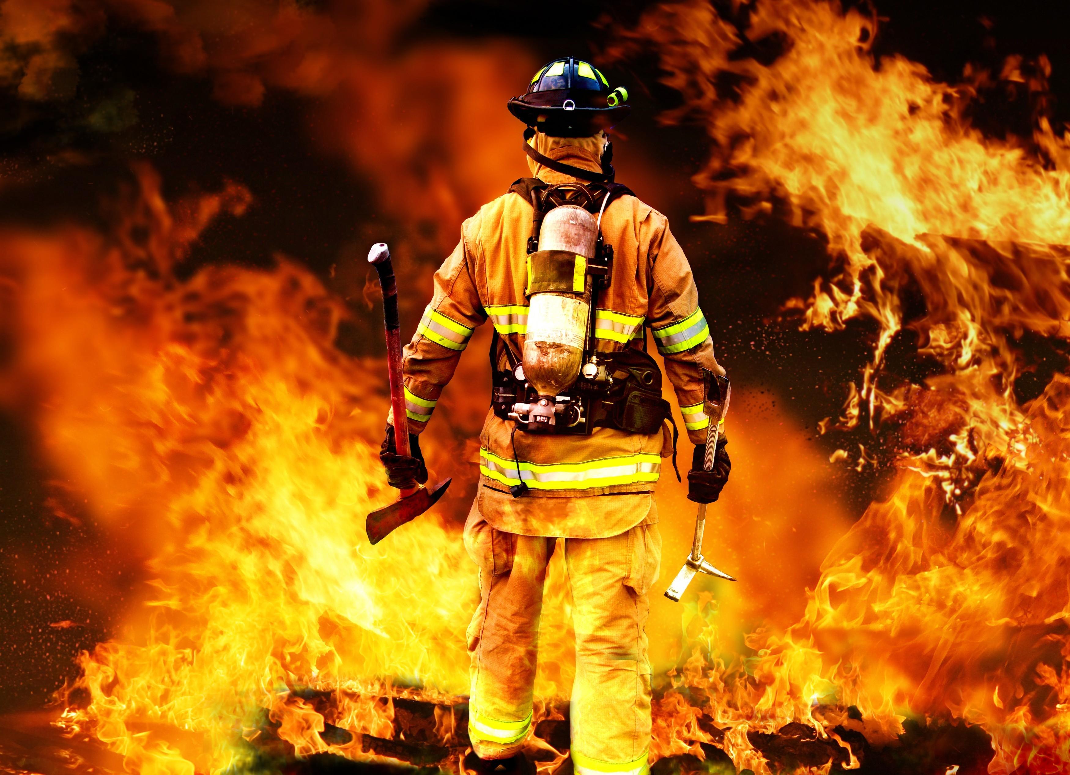 Пламенеют склады наКиришской. В помещении остался человек