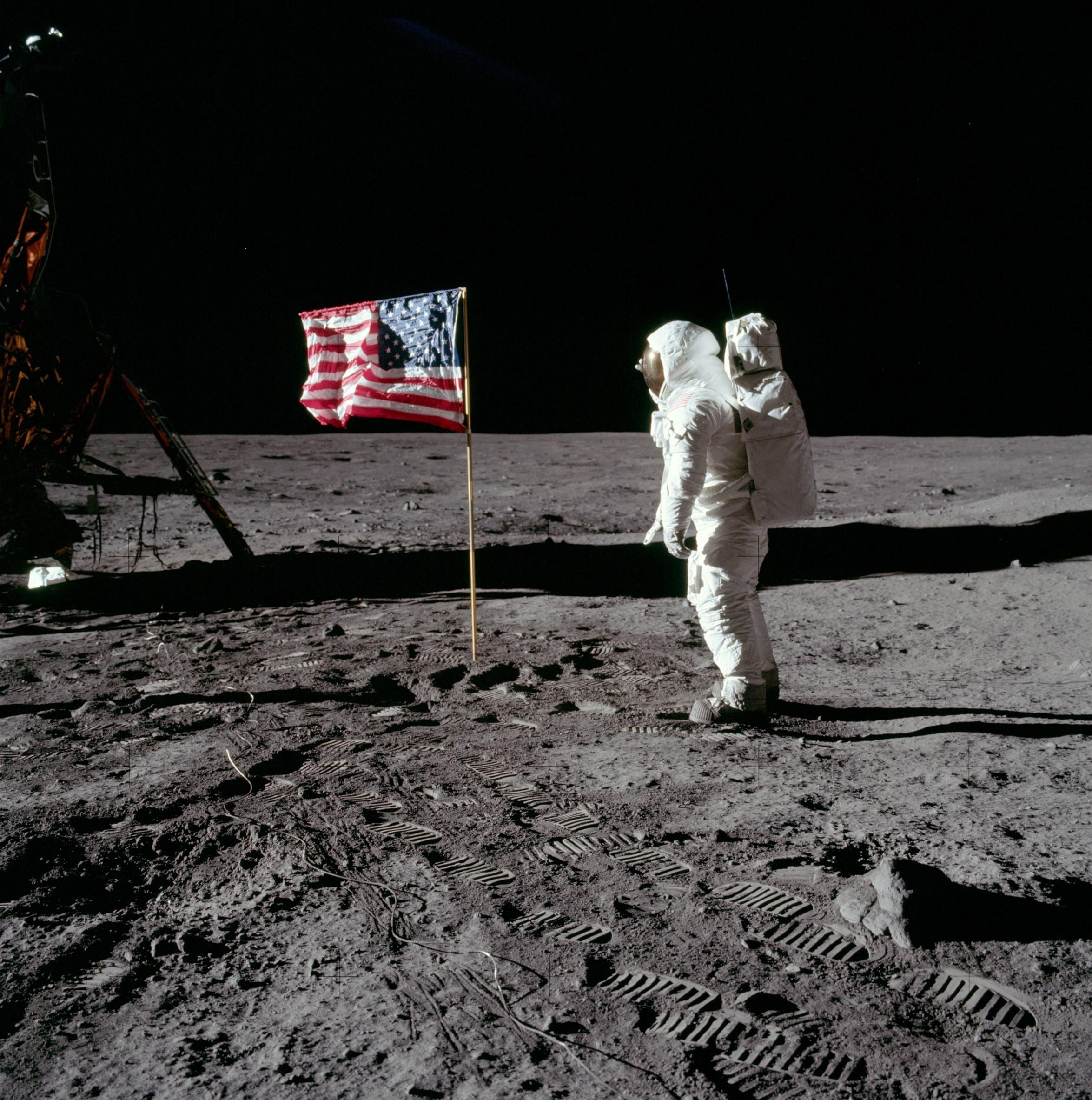Жители Америки высадились наЛуну, чтобы отыскать хозяев Земли— Ученый