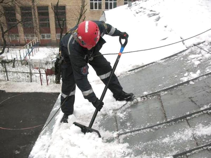 Свыше 900 бригад кровельщиков обеспечат чистоту крыш отснега вцентральной части Москвы