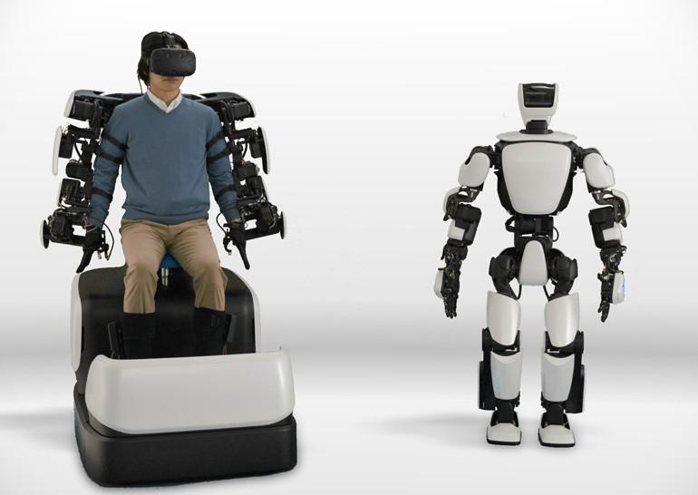 Тоёта показала человекоподобного робота сэкзоскелетным управлением