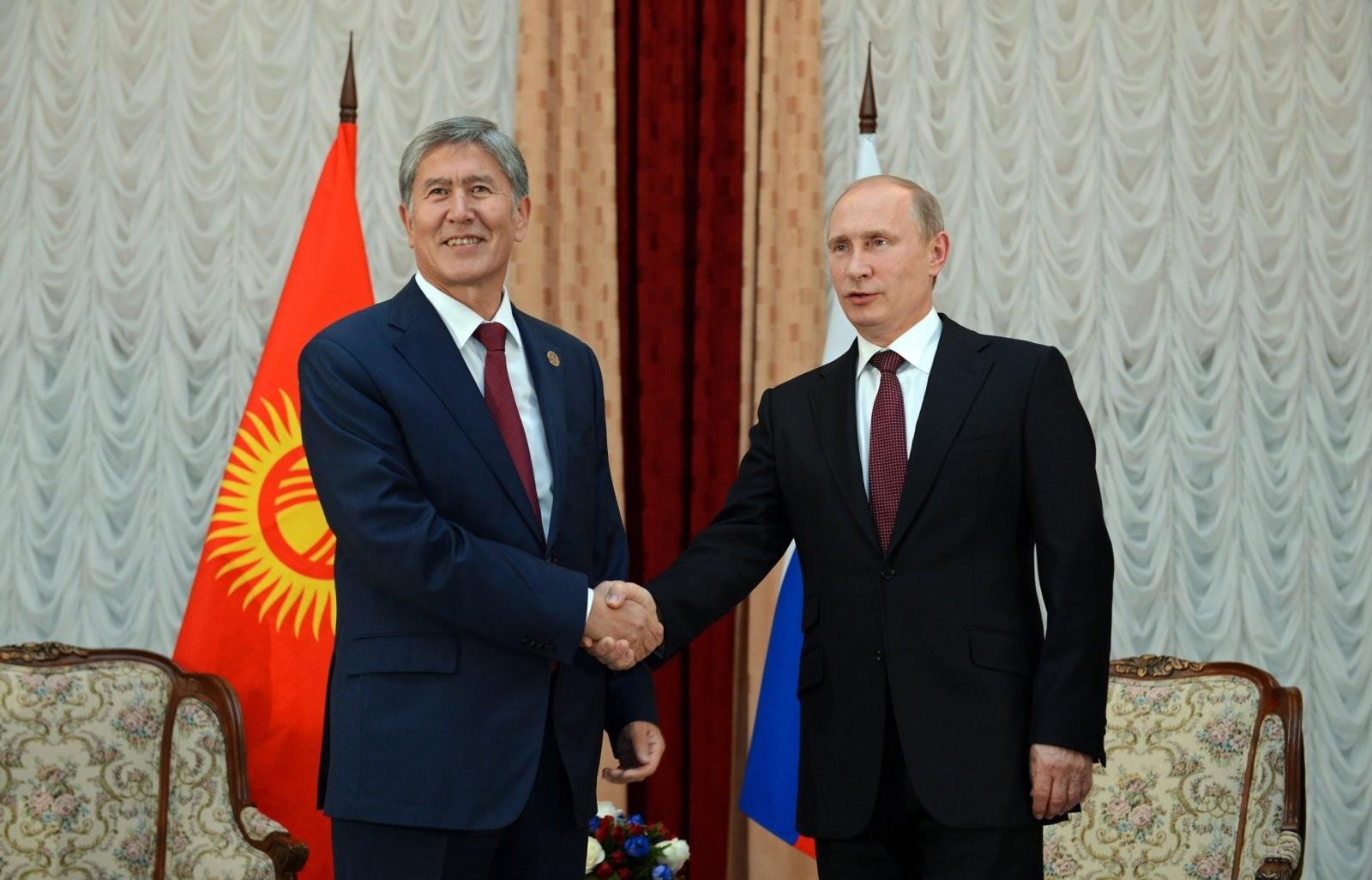 Атамбаев наградил В.Путина высшим орденом Кыргызстана