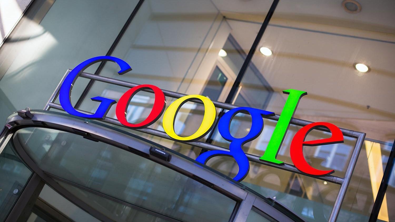 Запользователями системы андроид регулярно следит компания Google