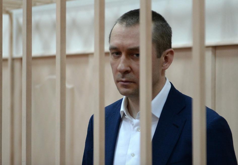 Юрист насуде поделу полковника Захарченко упал вобморок