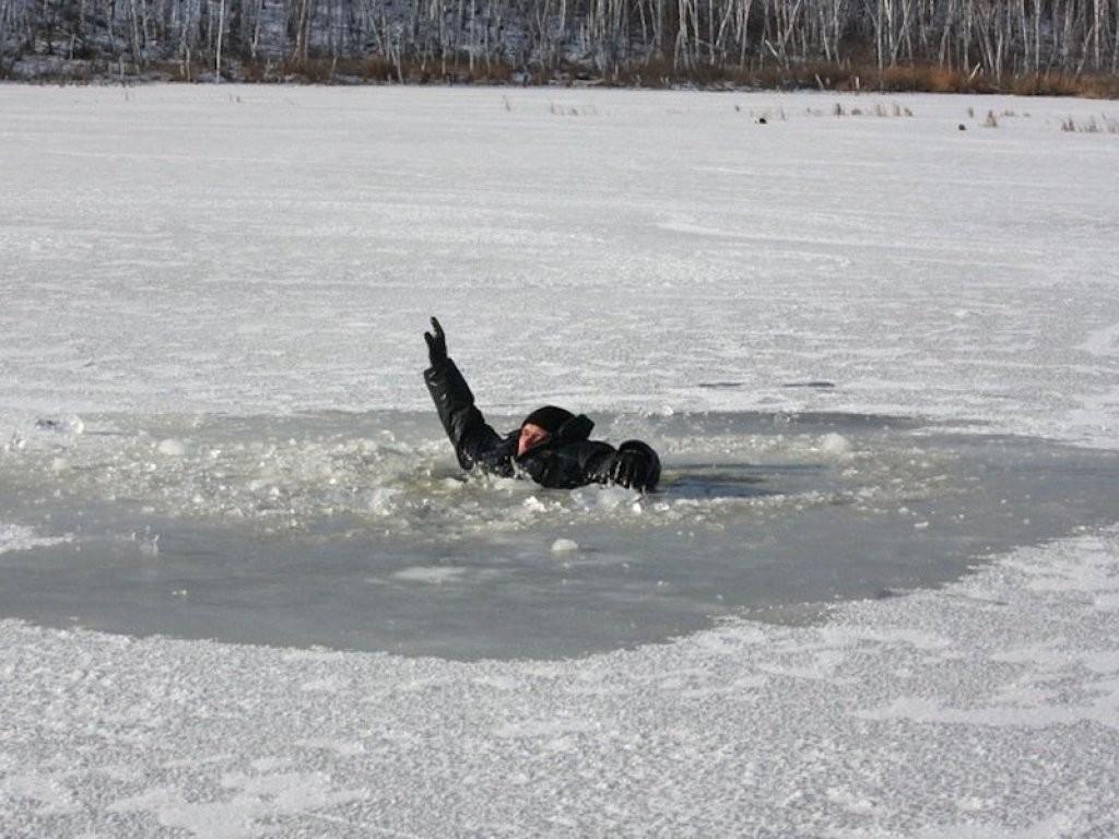Ребенок провалился под лед и потонул, спасая собаку наУрале