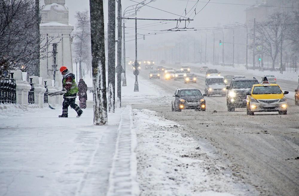 Специализированная техника вышла науборку снега в столицеРФ