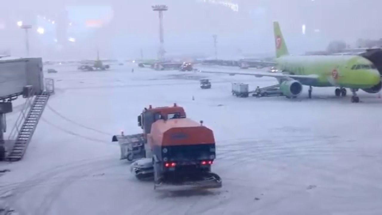 Ваэропорту Шереметьево шофёр погрузчика устроил опасный дрифт