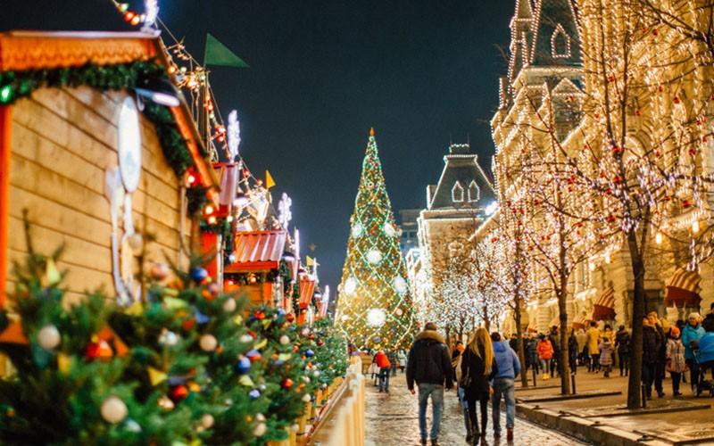 Российскую столицу кНовому году украсят тысячи уличных открыток