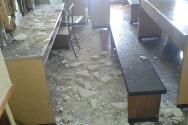 В Ростове-на-Дону в школе потолок обвалился во время урока