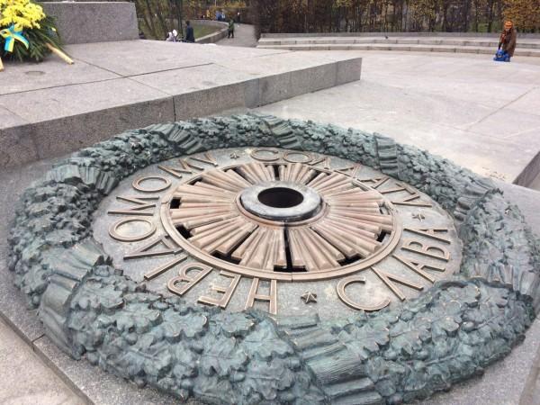 В Киеве вандалы снова залили цементом «Вечный огонь»
