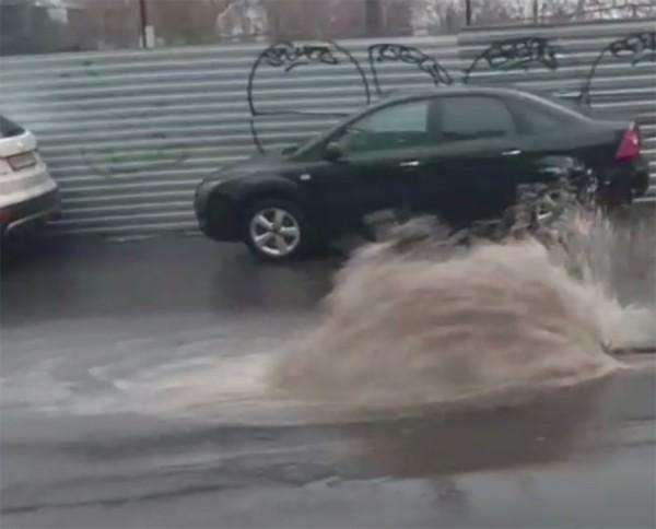 В центре Ростова бьёт коммунальный фонтан