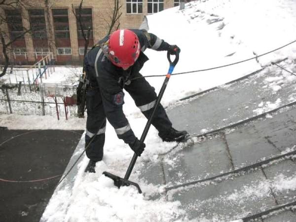 В центре Москвы более 900 бригад кровельщиков начнут очищать крыши от снега