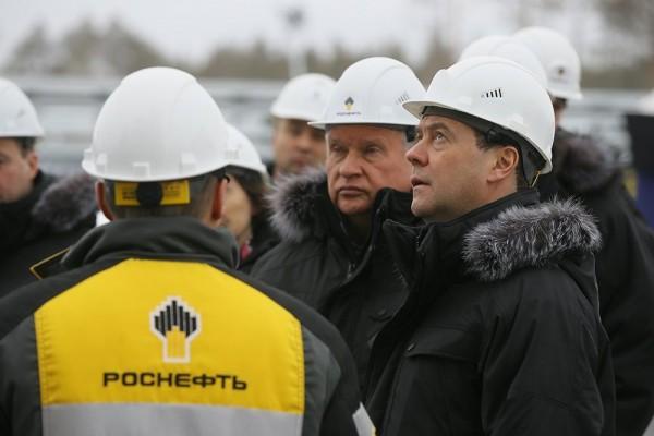 Медведев посетил ввод в эксплуатацию нефтегазодобывающего кластера