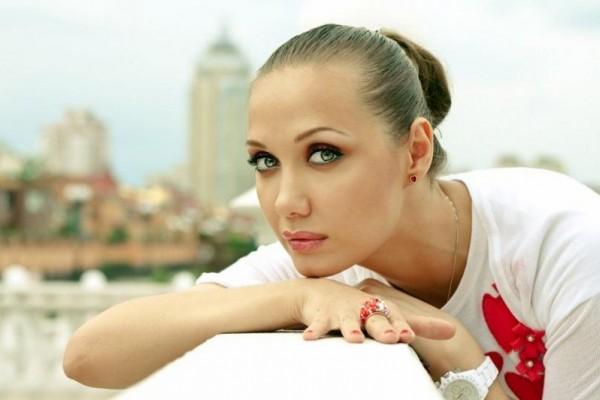 Мать певицы Власовой начала официальный сбор денег на ее лечение от рака