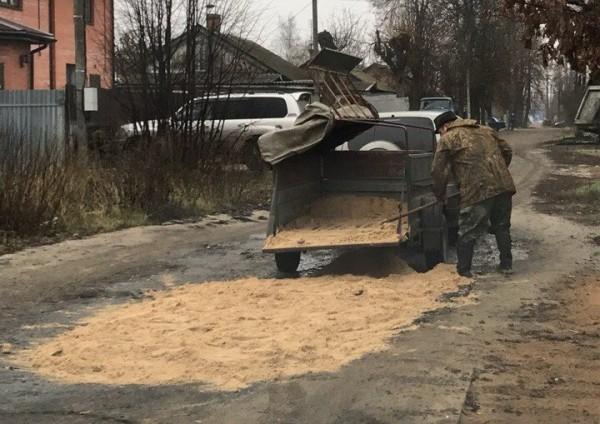 В Брянске мужчина самостоятельно начал ремонтировать дорогу