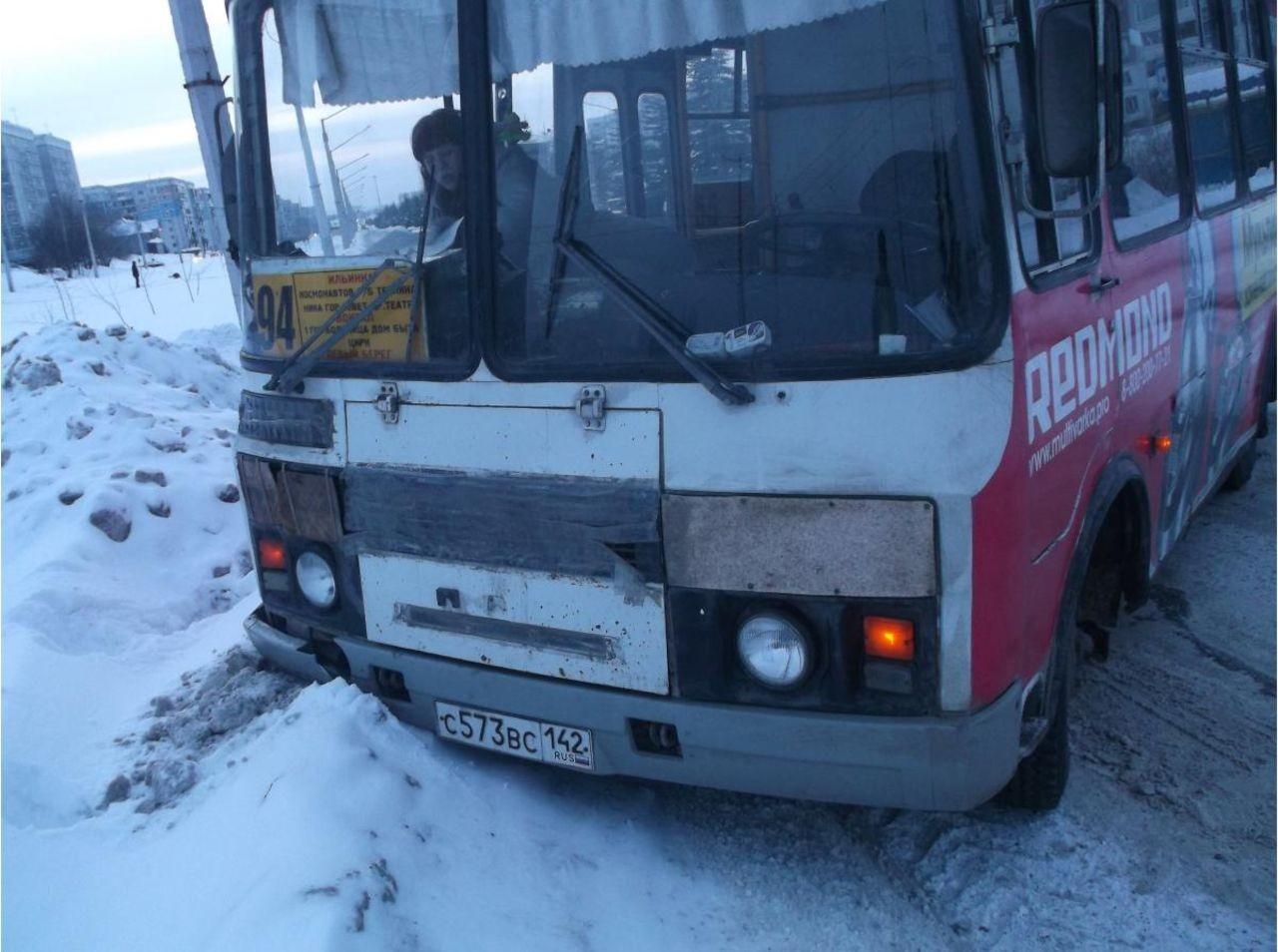 ВНовокузнецке столкнулись инкассаторская машина ипассажирский автобус