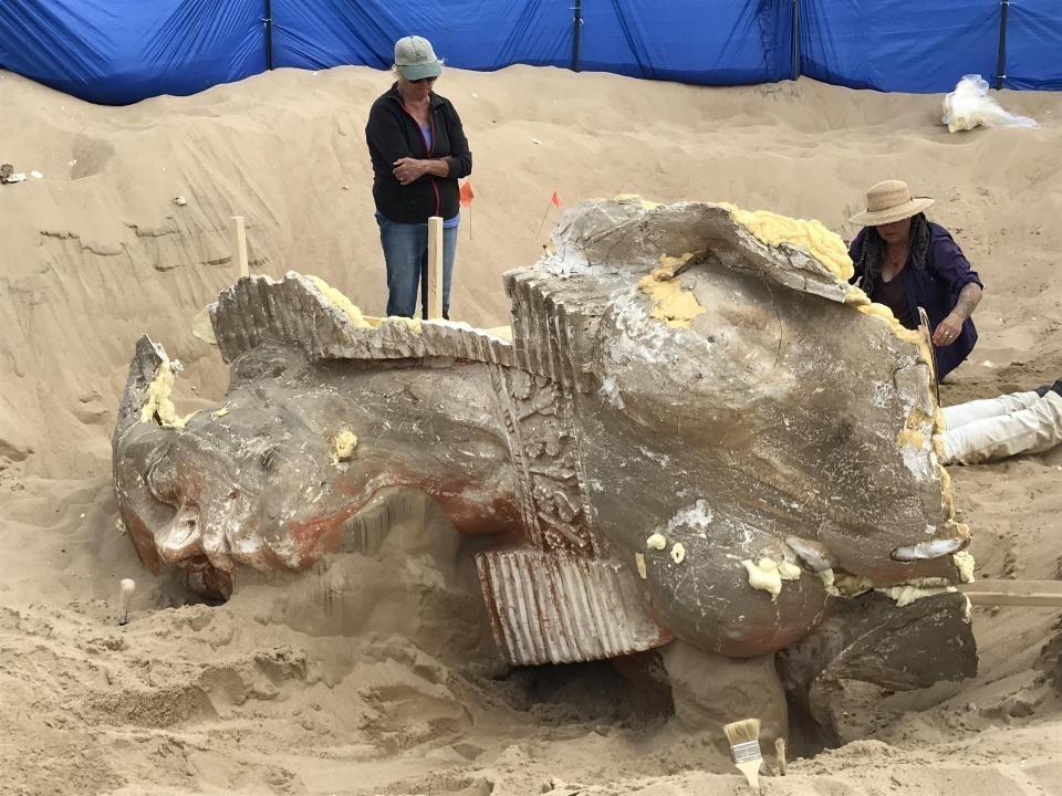 Впесках Калифорнии откопали 100-летнюю статую сфинкса (1)