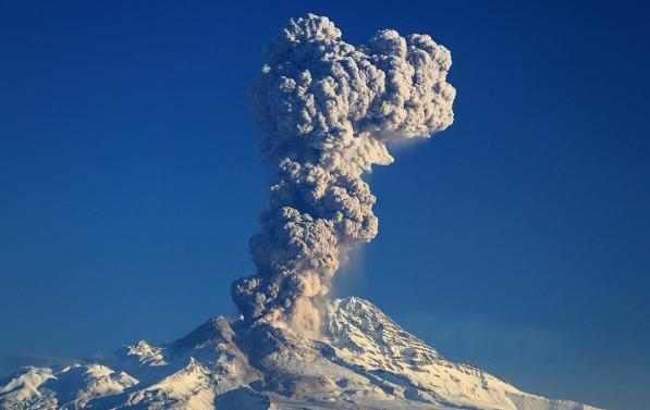 НаКамчатке вулкан Шивелуч выбросил столб пепла