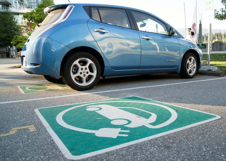 Владельцы электрокаров в Российской Федерации получат бесплатные парковочные места