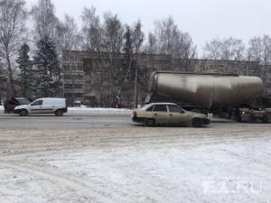 В Екатеринбурге столкнулись Renault Logan и цементовоз