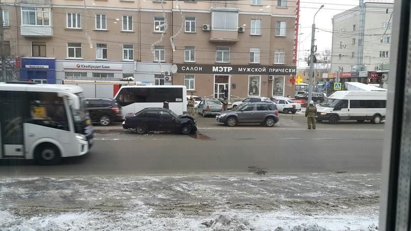 Вцентре Омска случилось тройное ДТП