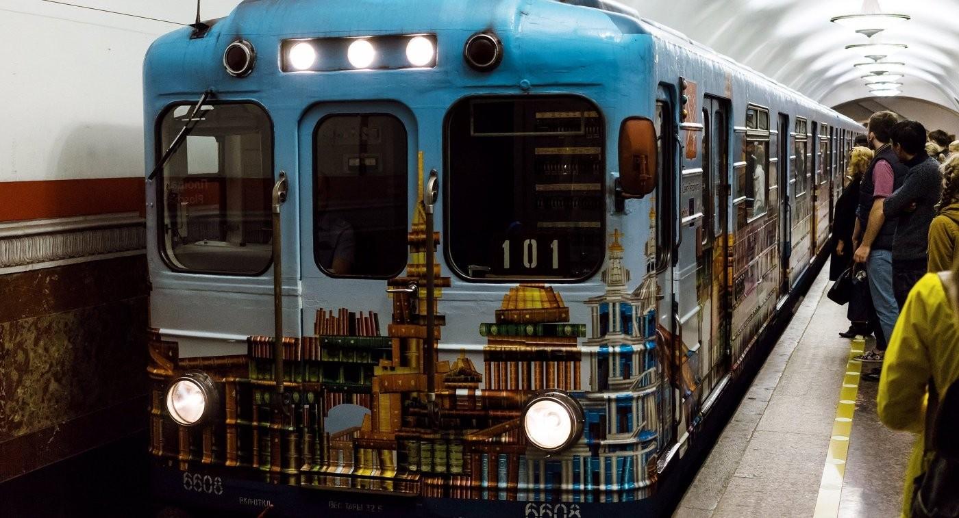 Вметро Петербурга увидели пассажира сгранатометом
