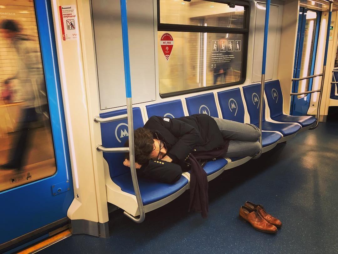 Юзеры обсуждают фото спящего ввагоне метро Андрея Малахова