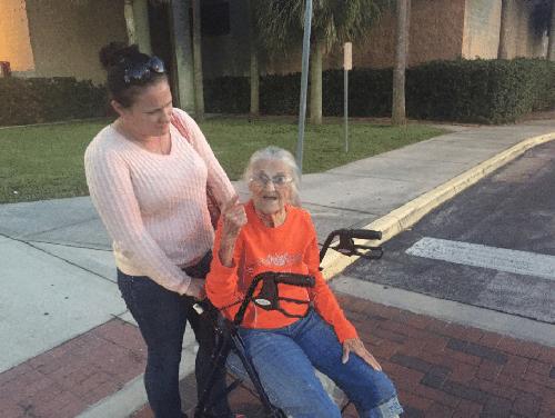 ВСША выдворение полицией изобщежития бабушки-инвалида попало навидео
