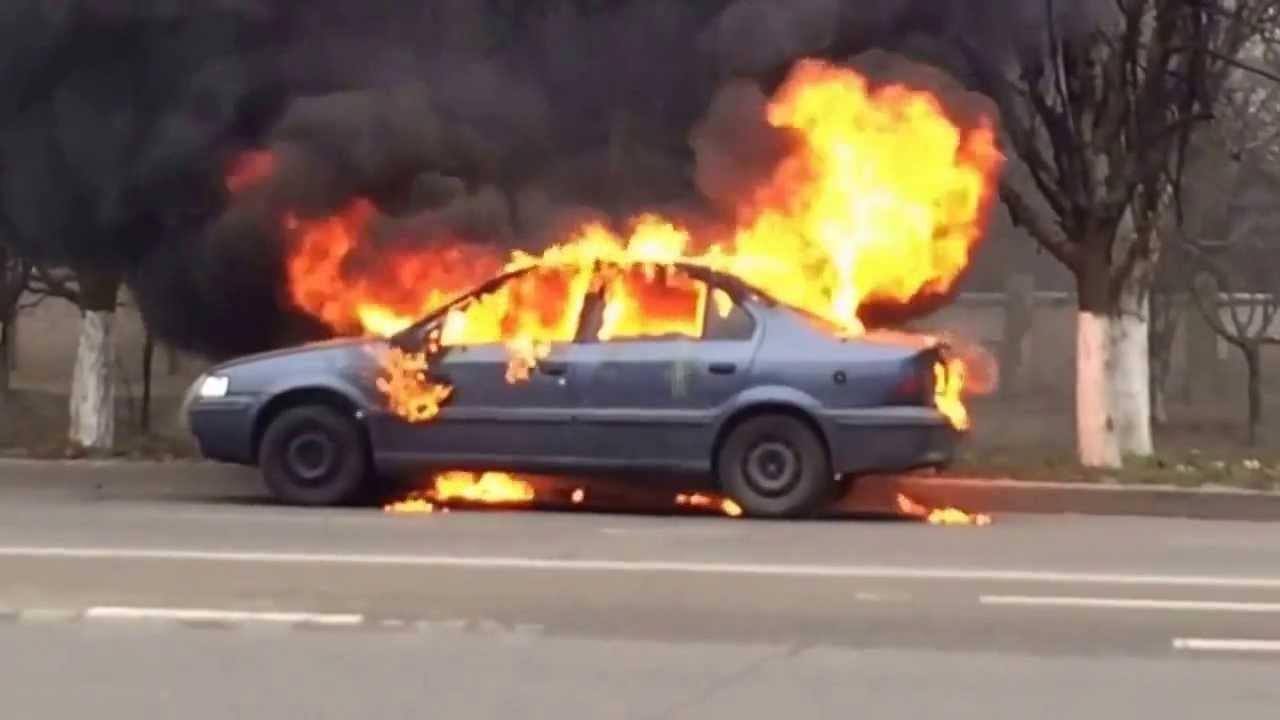 Свидетели публикуют фото изЕкатеринбурга, где загорелась машина сводителем внутри
