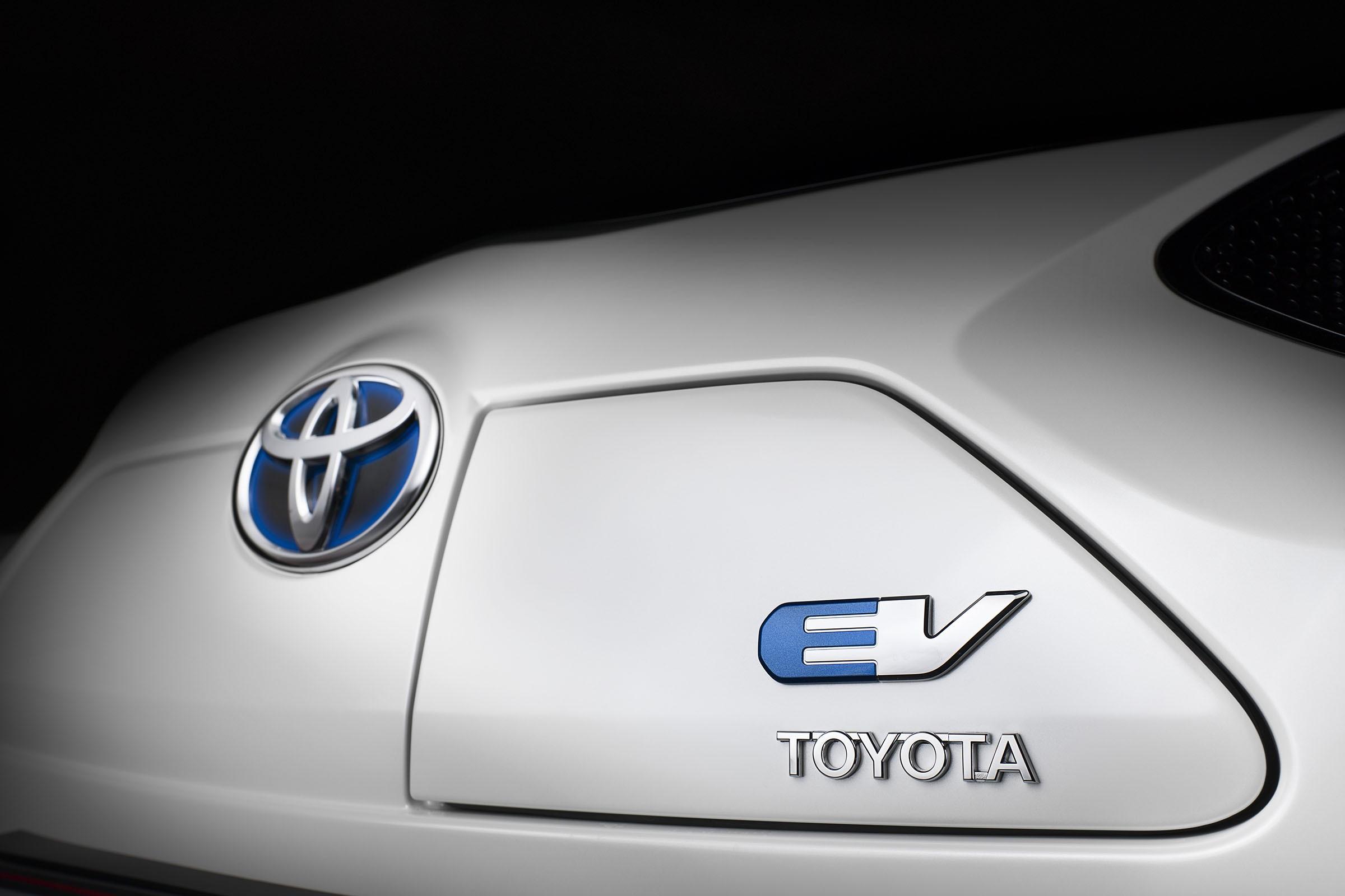 Тойота за7 лет перейдёт наэлектрику игибриды