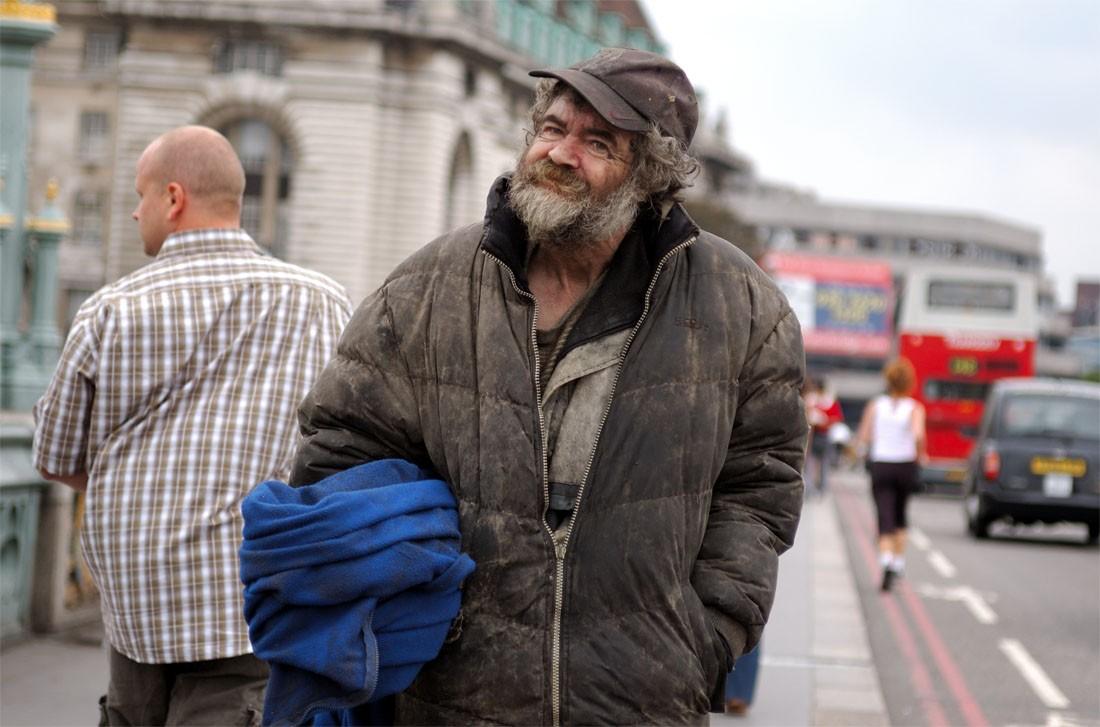 Петербуржцы ополчились наKFC, работник которой выкинул еду бездомного