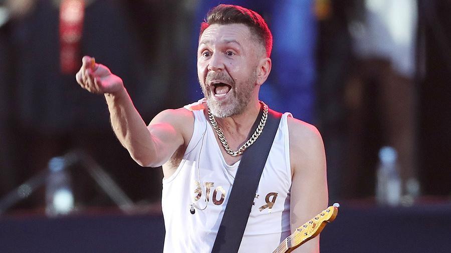 Шнуров исполнил нецензурный новогодний хит, предложив «гонять балду поКатманду»