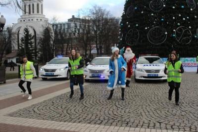 Флешмоб в центре Калининграда устроил полицейский Дед Мороз