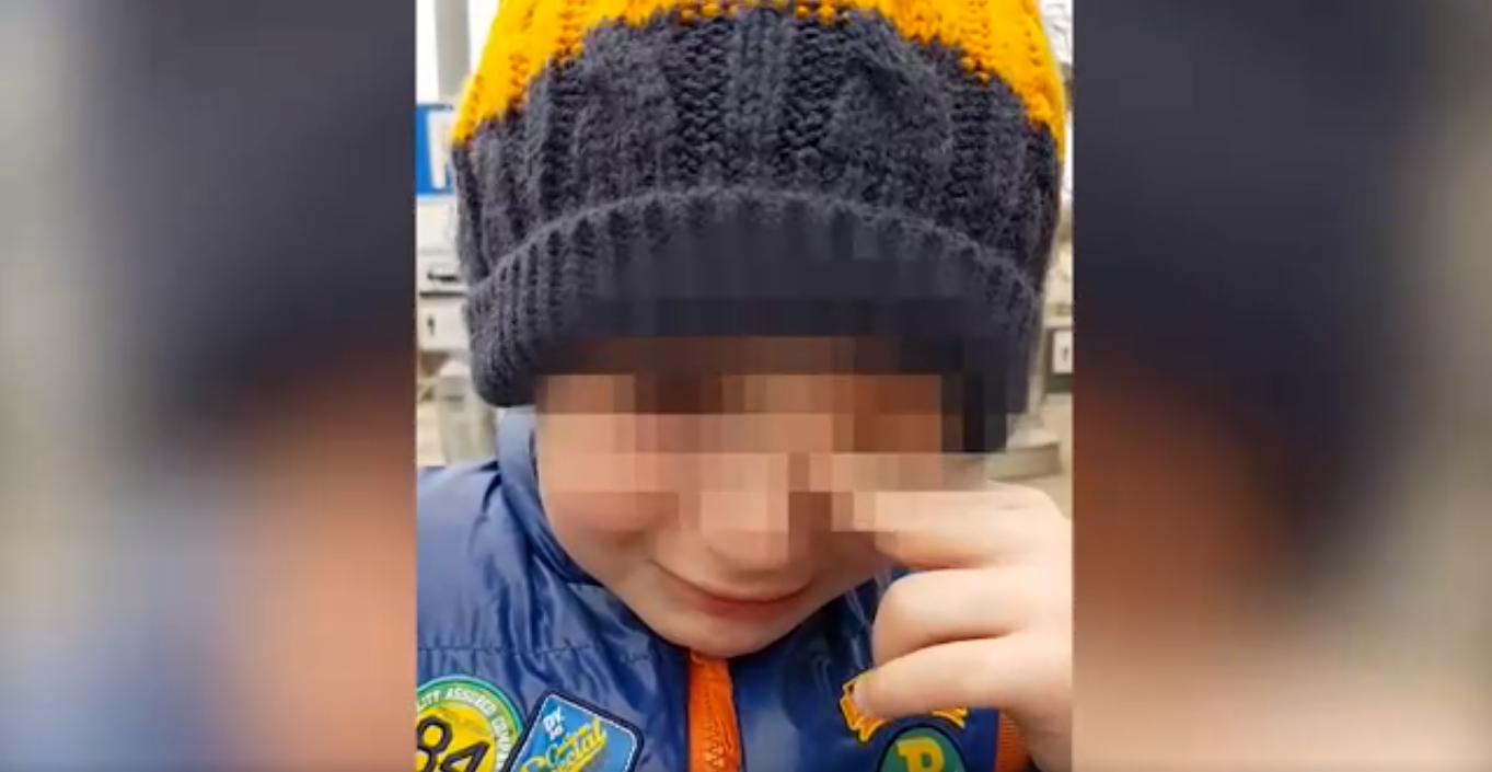 Школьник расплакался навидео из-за зимних каникул
