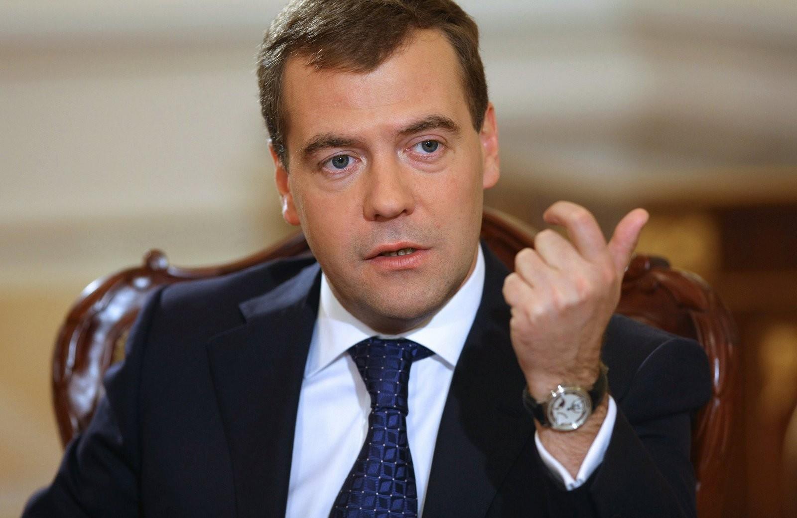 Медведев предлагает поразмыслить осудьбе налога надвижимое имущество