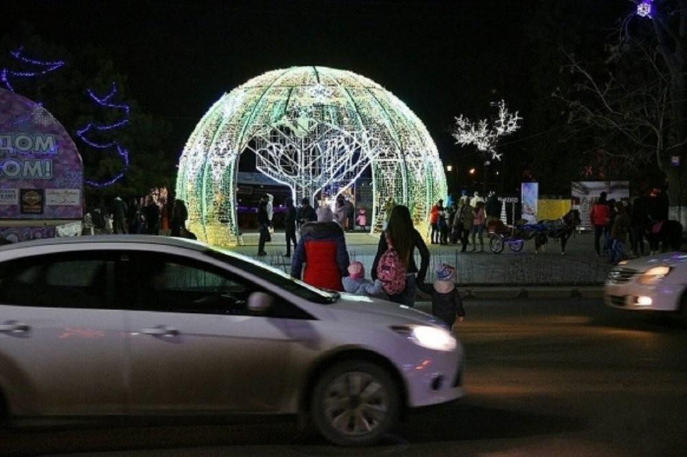 Граждан Ростова возмутили матери, переводящие детей через поток автомобилей&nbsp