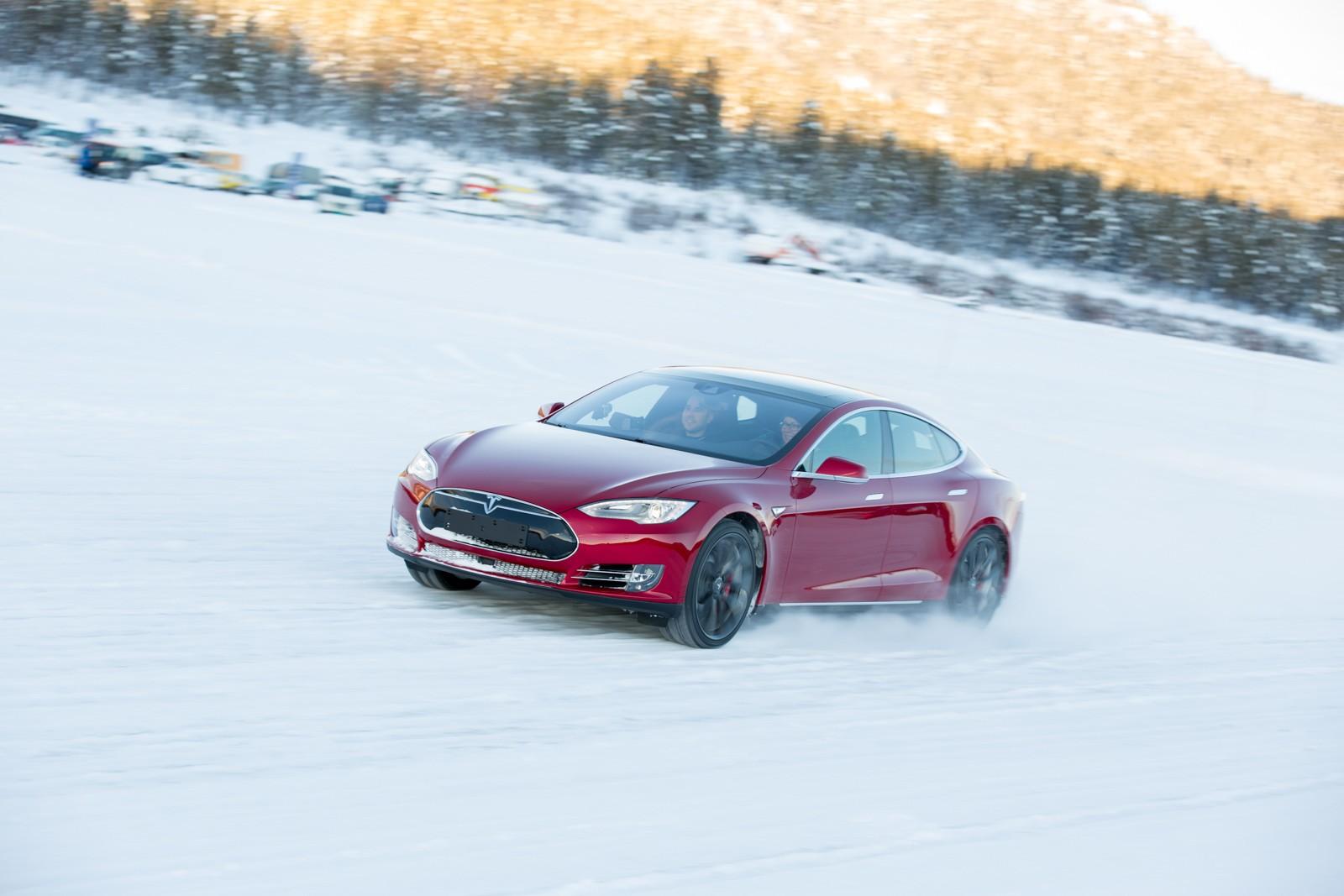 Электромобили Tesla начали готовить для эксплуатации вморозы class=