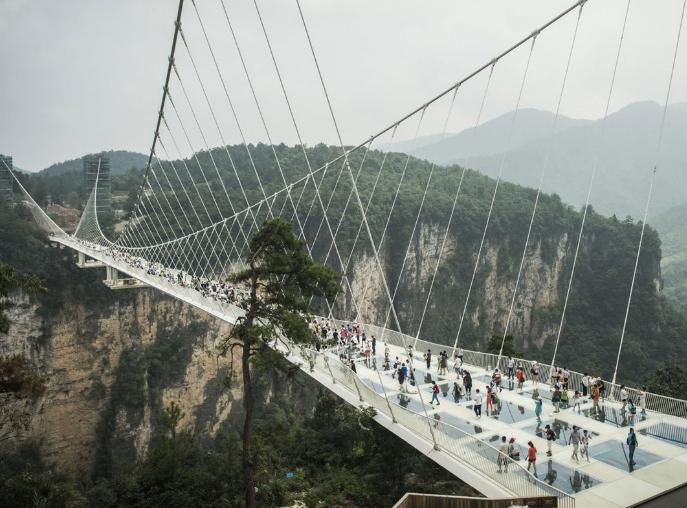 В КНР открыли самый длинный стеклянный мост вмире