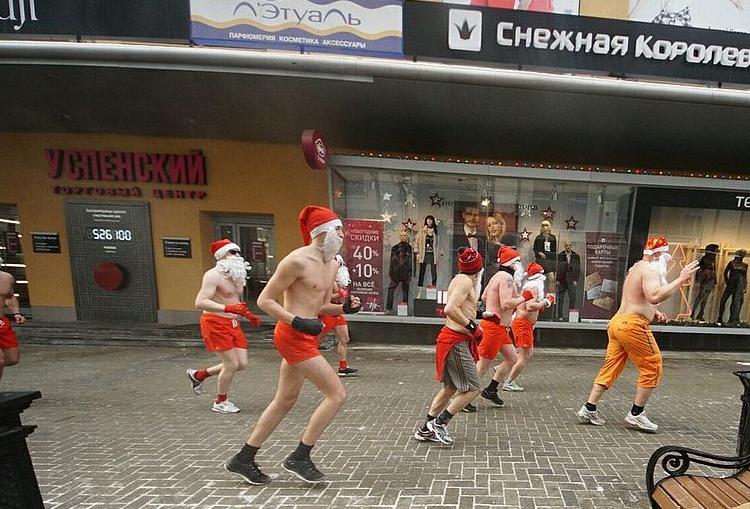 Голые Деды Морозы взбудоражили граждан Екатеринбурга