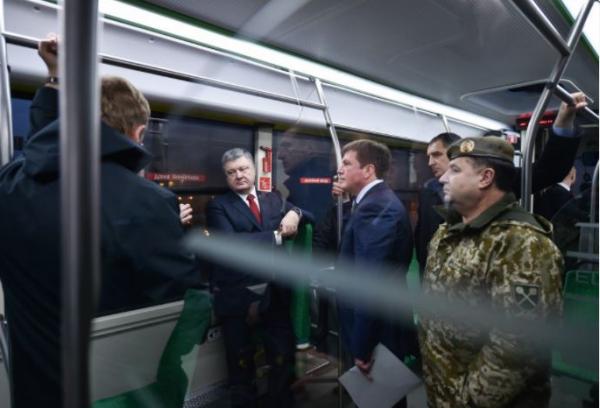 Президент Порошенко во Львове проехался на первом в Украине электробусе