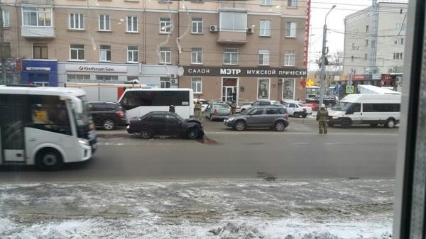 В Омске столкнулись 3 иномарки