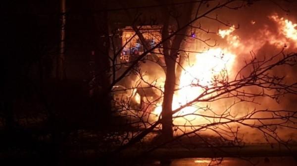 В Петербурге прохожие спасли водителя загоревшегося автомобиля