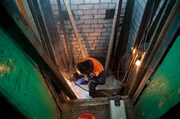 В Волгограде в многоквартирных домах начали замену старых лифтов