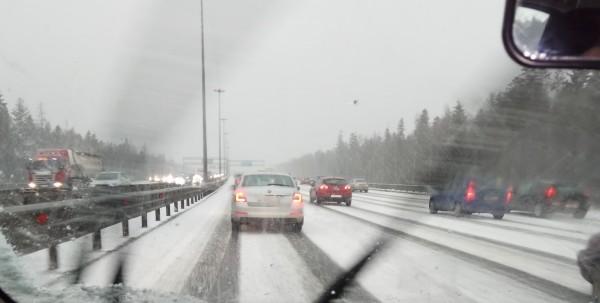 На КАД официально скорость автомобилей снижена из-за альтернативной снегоочистки