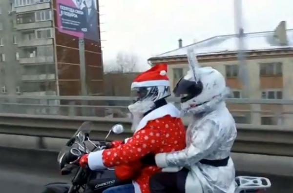Дед Мороз и Снегурочка катаются по Тюмени на мотоцикле