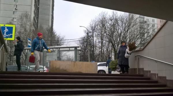Московские власти объяснили установку бетонных барьеров у метро