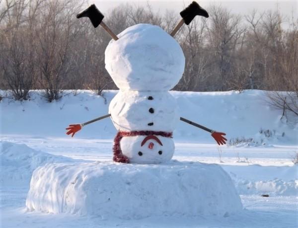 Жители Воронежа лепят снеговиков из грязи