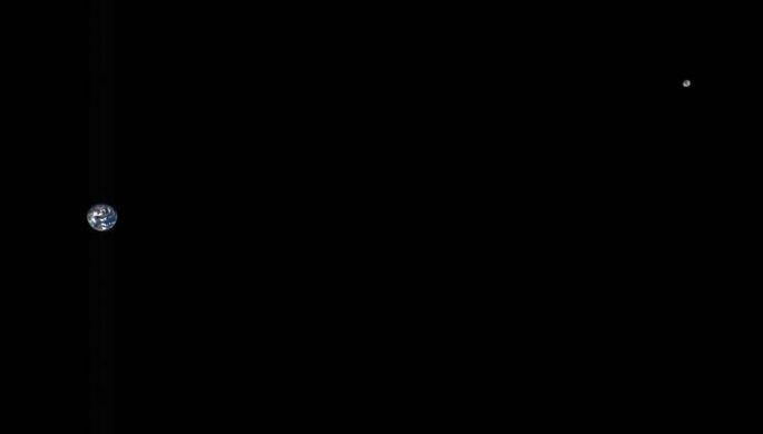 Зонд сфотографировал Землю иЛуну судаления 5 млн километров